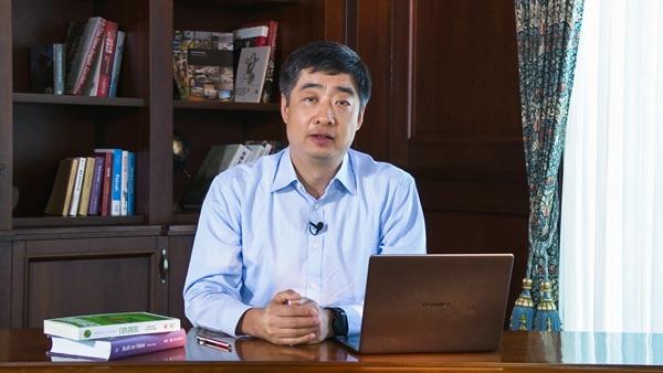 Caption: Huawei's Deputy Chairman Ken Hu gave opening remarks.